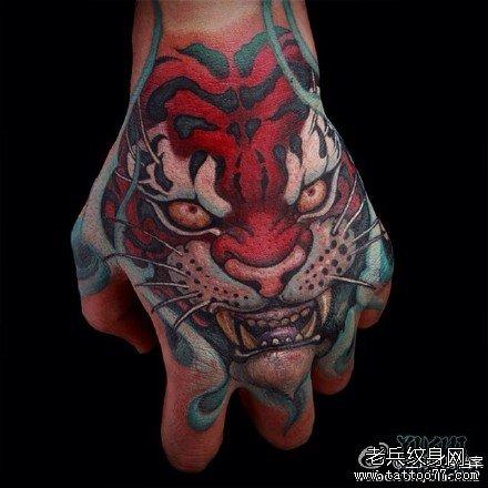手臂红虎纹身图案