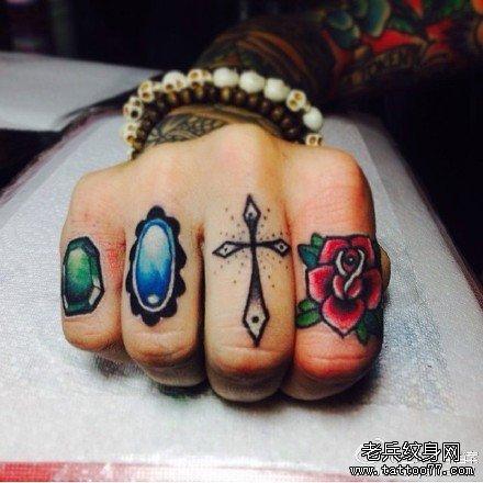 手指宝石钻戒纹身图案