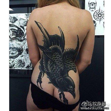 女生后肩背漂亮唯美的四叶草纹身图案