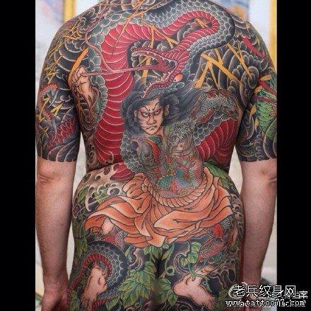 满背武士与蛇纹身图案