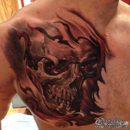 胸部火骷髅纹身图案