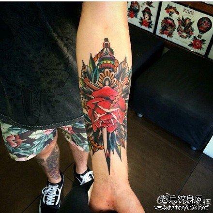 手臂武器玫瑰纹身图案
