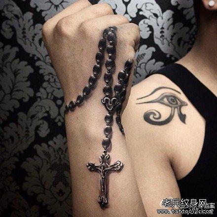 手臂十字架纹身图案图片