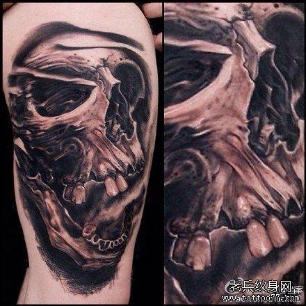 男人后背经典潮流的黑灰骷髅纹身图案
