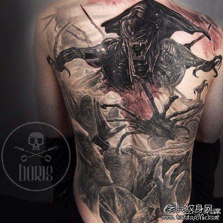 满背异形皇后纹身图案