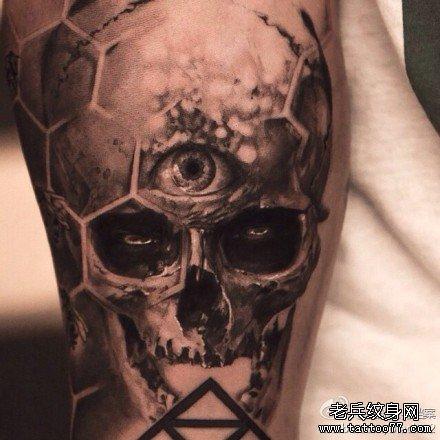 腿部三眼骷髅纹身图案