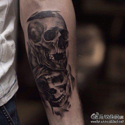 男人后背经典潮流的黑灰骷髅纹身图案图片