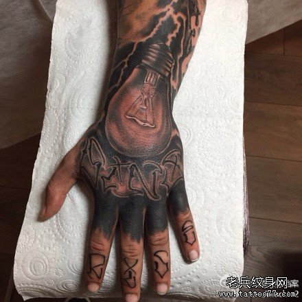 手臂电灯泡纹身图案