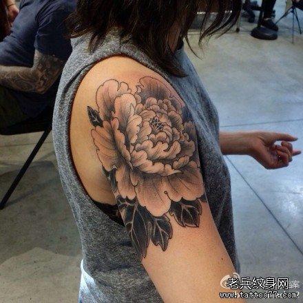 胳膊牡丹花纹身图案