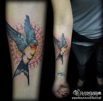 手臂小燕子纹身图案