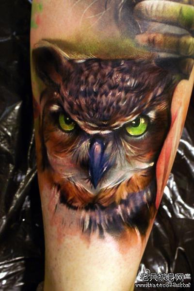 肌肉男手臂神气猫头鹰纹身
