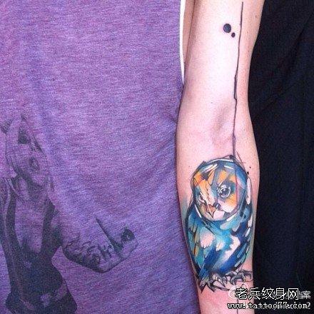 女士手臂莲花纹身紫色