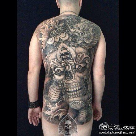满背嘎巴拉与龙纹身图案