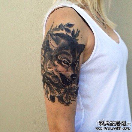 手臂狼纹身图案