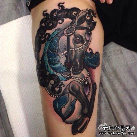 腿部蛇牡丹纹身图案