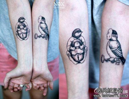 男生手臂内侧潮流流行的爱心锁纹_纹身图案