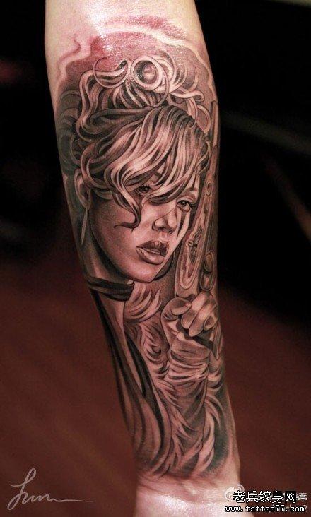 手臂小纹身女酷酷的
