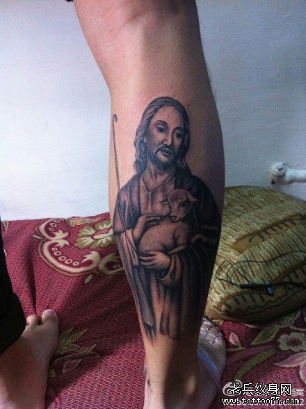 男生肩背黑灰耶稣纹身图片_纹身图案