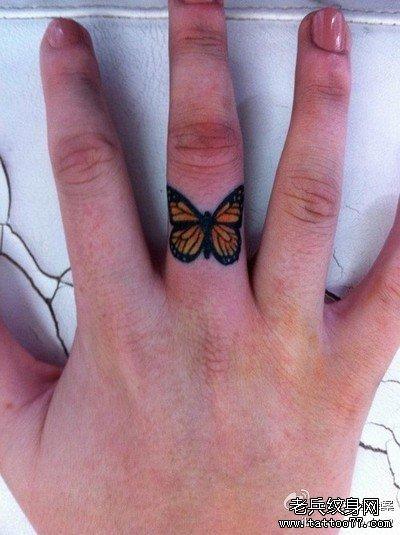 手指蝴蝶纹身图案