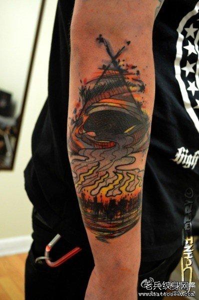 手臂烟纹身图案