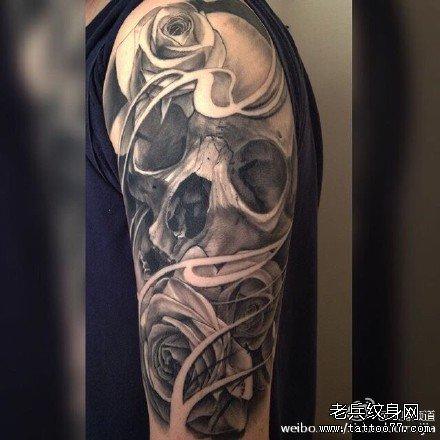 胳膊玫瑰骷髅纹身图案