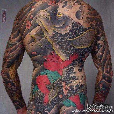 满背抓大鲤鱼纹身图案