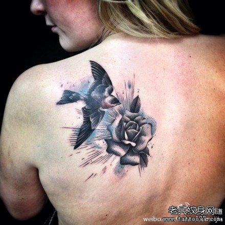 后背玫瑰燕子纹身图案