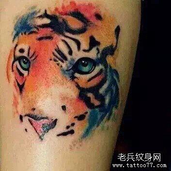 肩部的老虎头纹身图案