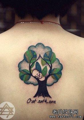 后背黑树小孩纹身图案