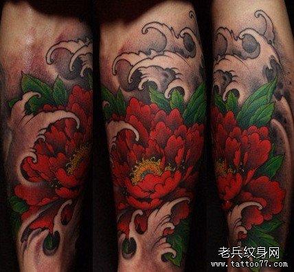 手臂红牡丹花纹身图案