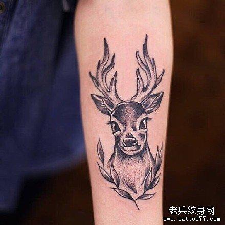 手臂上的鹿字符纹身图案