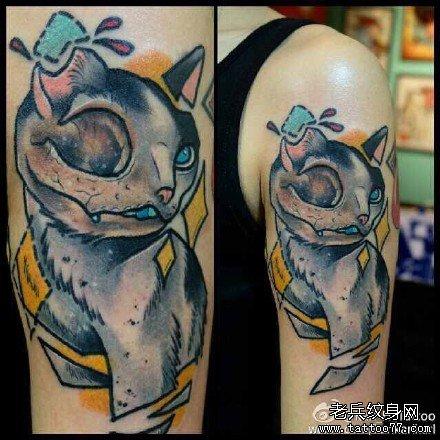 个性情侣手臂拿枪的小猫纹身图案
