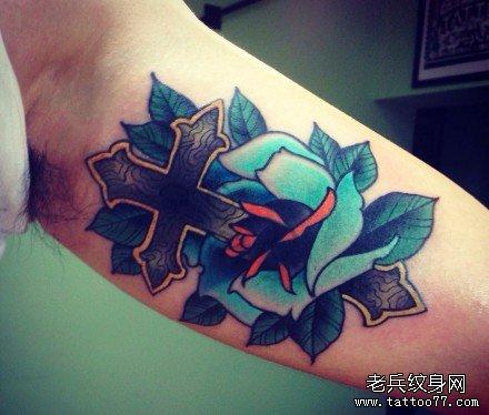 肩部玫瑰十字架纹身图案