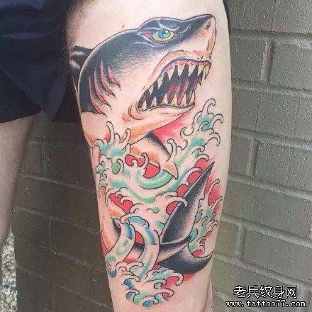 腿部水浪鲨鱼纹身图案