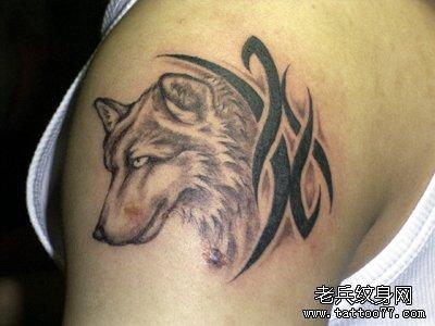 手臂狼头纹身图案
