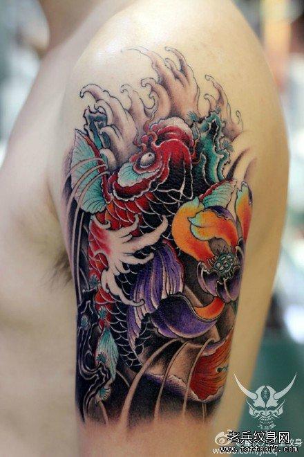 胳膊红鲤鱼莲花纹身图案