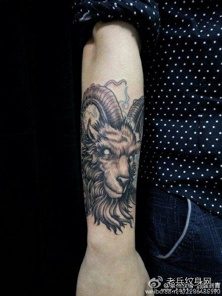 手臂魔羊纹身图案