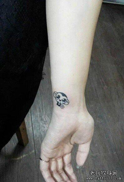 可爱水墨猴子手腕纹身