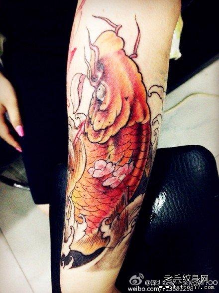 手臂红鲤鱼纹身图案