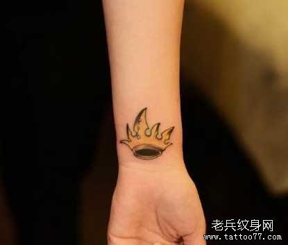纹身图案 > 纹身图片女生小清新手绘皇冠  皇冠纹身图片     查看相关