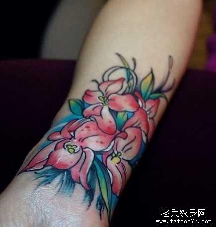 手臂百合花纹身图案