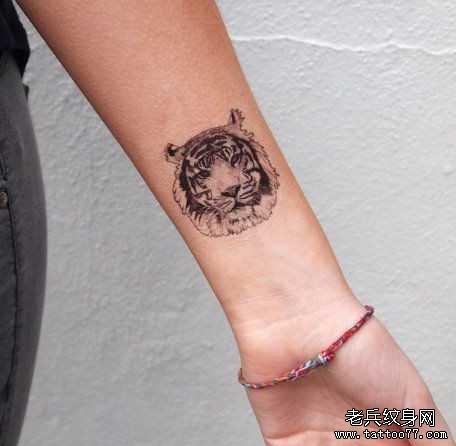 女性背部老虎头纹身图案由武汉刺