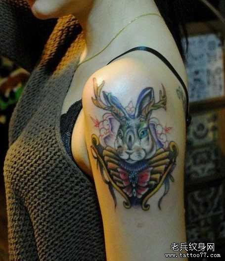 胳膊兔子皇冠纹身图案