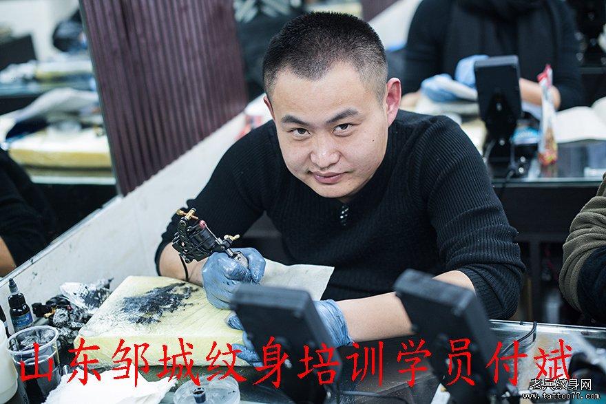 浏览           山东刺青培训学校学员付斌纹身培训中         江西
