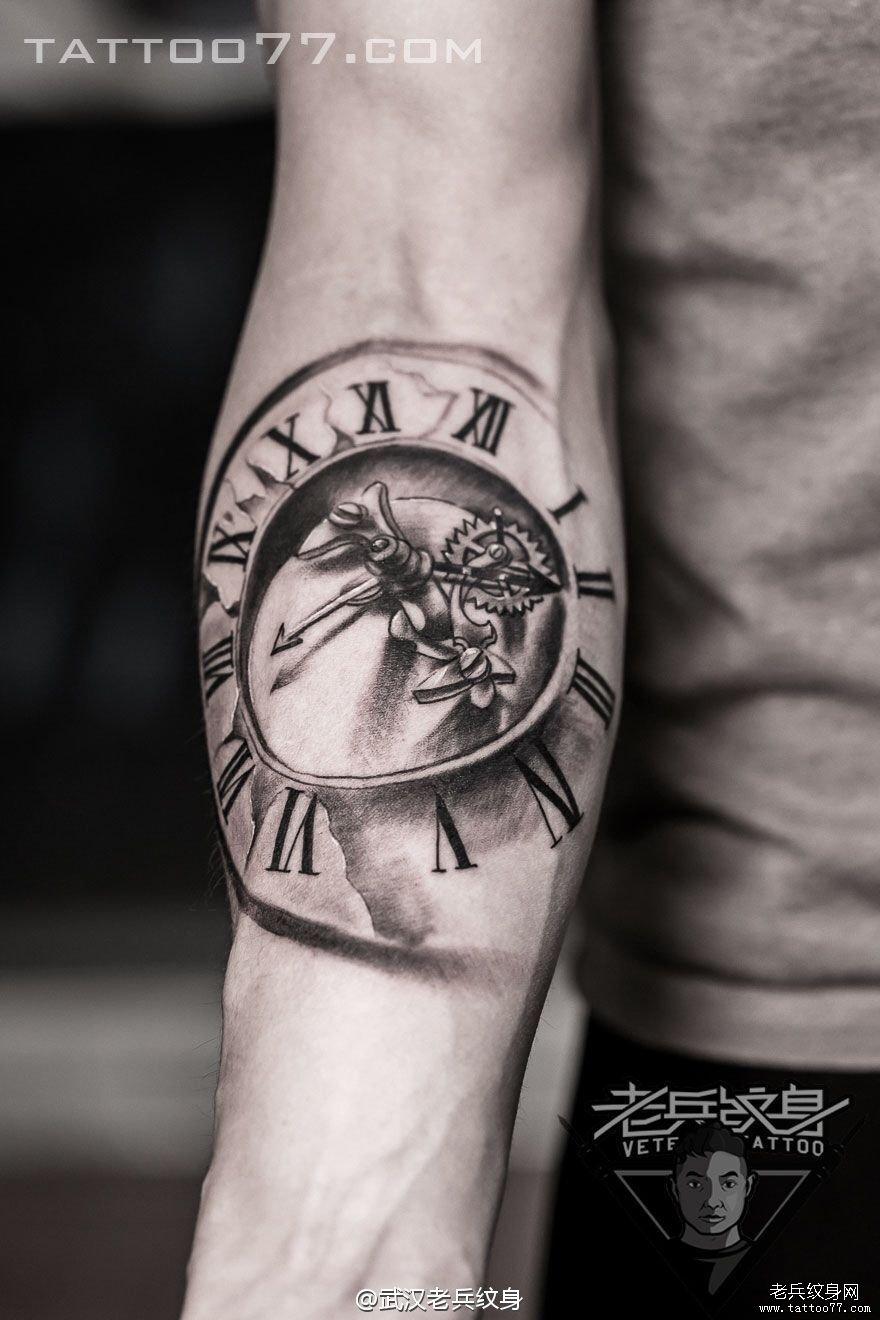 手部怀表刺青图案作品