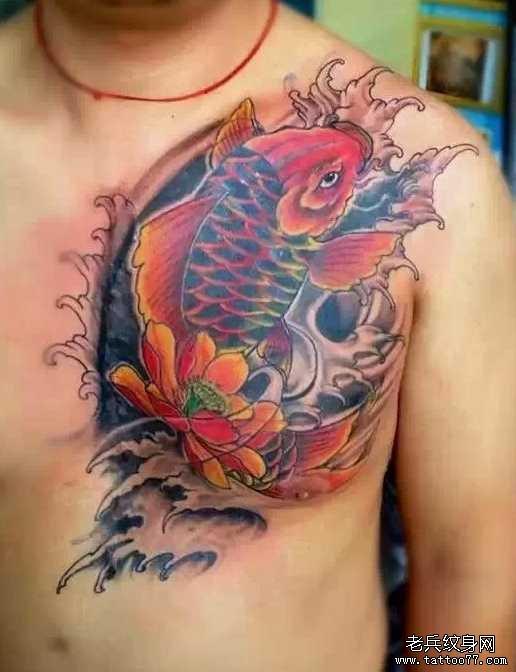胸部性感的牡丹花纹身图案