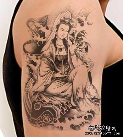 """在纹身图案中设计了观音纹身图案,由于我国在戴玉时有""""男戴观音女戴佛"""