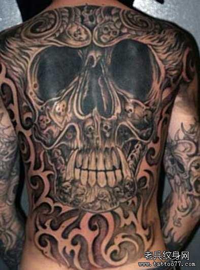 满背女像与骷髅纹身图案图片