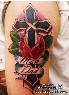 胳膊玫瑰十字架纹身图案图片