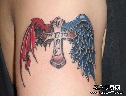 女孩子背部一款十字架翅膀纹身图